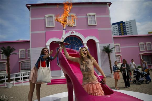 femen-berlin-barbie-burning-2